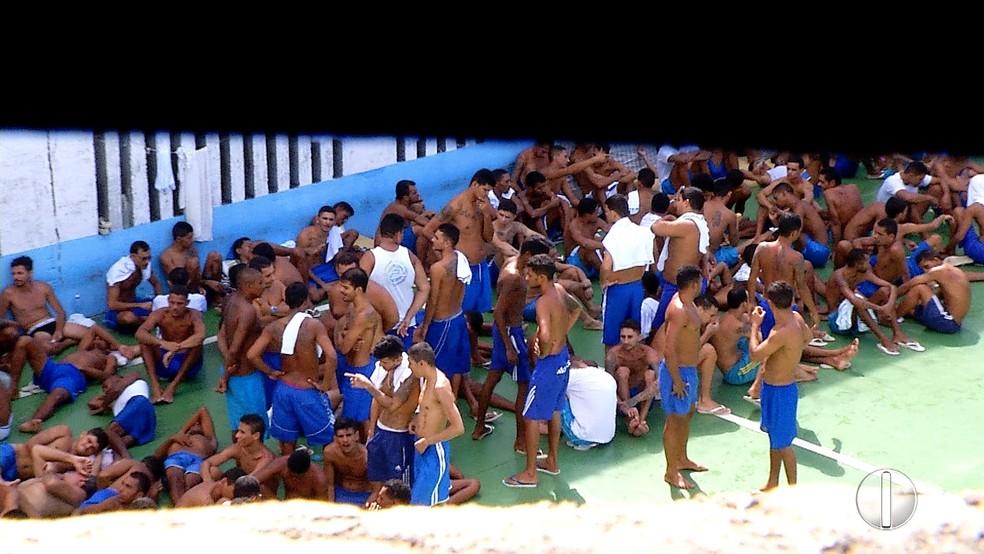 Presos circulam livremente dentro da PEP desde que grades das celas foram arrancadas (Foto: Reprodução/Inter TV Cabugi)
