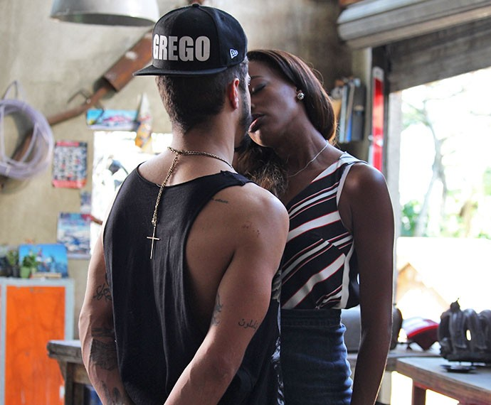 Alceste dá beijo de despedida em Grego, após noite juntos (Foto: Karen Fideles/Gshow)