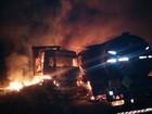 Carretas pegam fogo após colisão e motorista morre carbonizado em BR