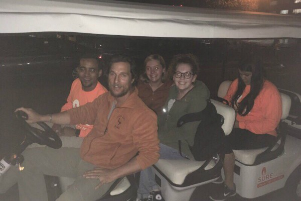 Matthew McConaughey  e estudantes (Foto: Reprodução Twitter)