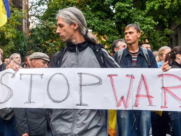 Manifestante pede o fim da guerra entre ucranianos e rebeldes pró-russos. (Foto: Sergey Bobok / AFP Photo)