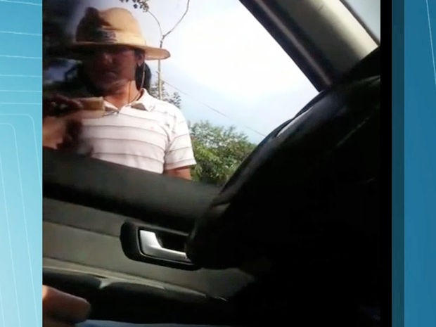 Vídeo mostra índios cobrando pedágio de até R$ 100 em Juína (MT) (Foto: Reprodução/TVCA)