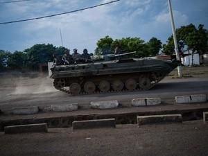 Tanque das Forças Armadas de Congo passa pela cidade de Goma, onde o aeroporto foi tomado pelos rebeldes   (Foto: Phil Moore/AFP)