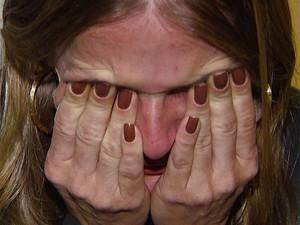 Mãe afirma que não sabe o que fazer por conta da angústia da possibilidade das consequências da vacina (Foto: Reprodução/ EPTV)