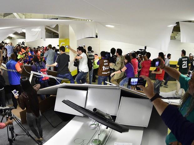 Chilenos invadem área de imprensa no Maracanã (Foto: GASPAR NOBREGA/INOVAFOTO/ESTADÃO CONTEÚDO)