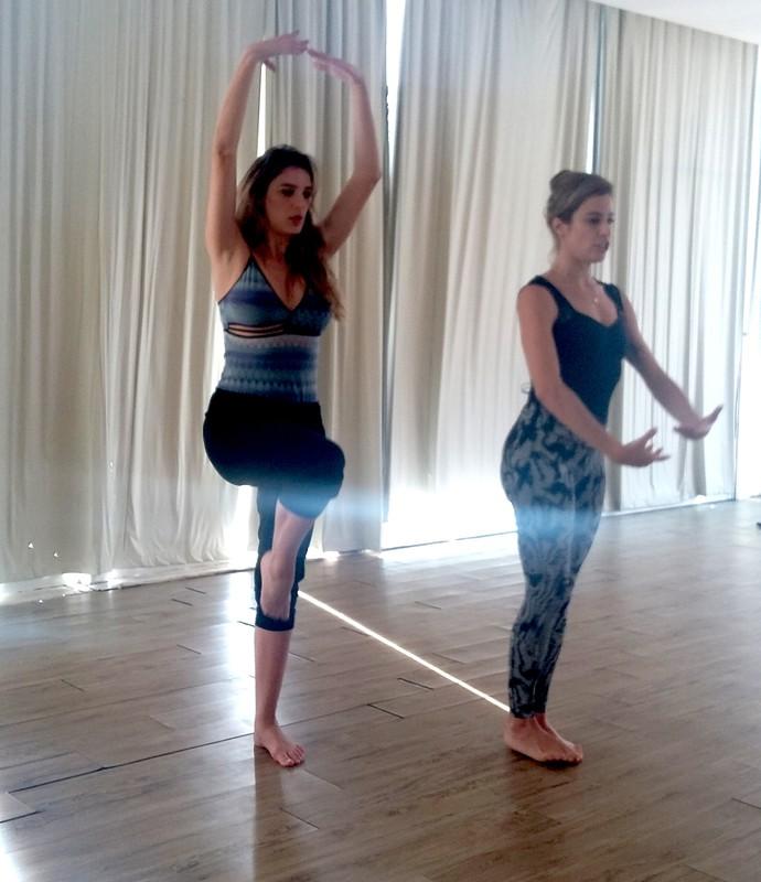 Lu e Rafa mostram algumas posições usadas no dance yoga (Foto: Larissa Kurka/Gshow)