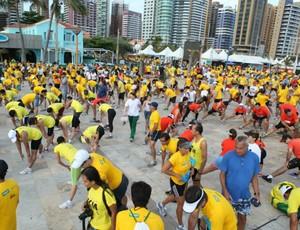 Participantes da Corrida Unimed foram submetidos a sessões de alongamento (Foto: Star Mania/Divulgação)