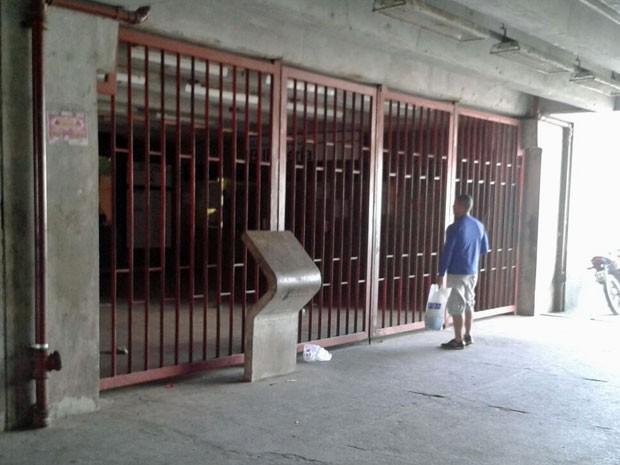Passageiros encontraram acesso ao metrô fechado na tarde deste domingo (Foto: Danielle Fonseca/TV Globo)