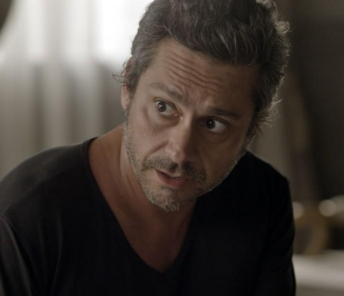 Romero diz a Atena que é melhor eles fugirem do país (Foto: TV Globo)