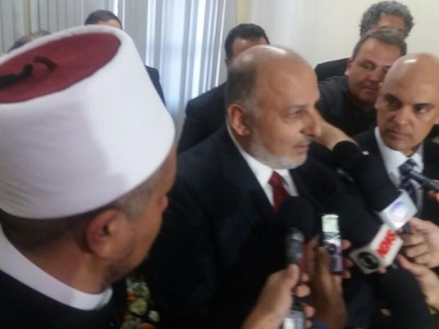 O sheikh Abdel Hamid, Ali Taha, da UNI, e o ministro Alexandre de Moraes após reunião nesta segunda-feira (8) (Foto: Alessandro Ferreira/G1)