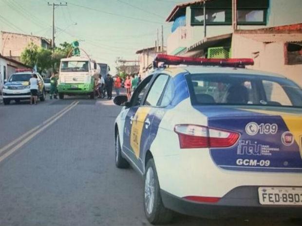 Carros foram enviados para transportar água até o Portal do Éden (Foto: Fernando Bellon/TV TEM)