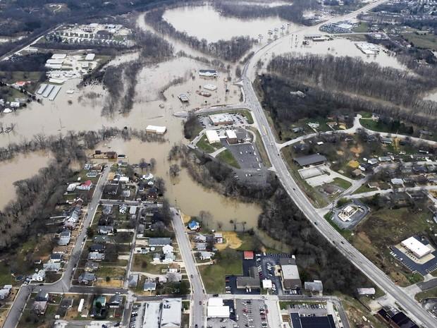 Rodovias e casas são atingidas por enchente no Missouri, Estados Unidos.  (Foto: Kate Munsch/Reuters)