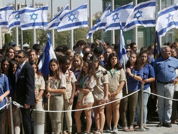 Israelenses fazem fila em frente ao Knesset para prestar homenagem ao ex-presidente Shimon Peres (Foto: Menahem Kahana / AFP)