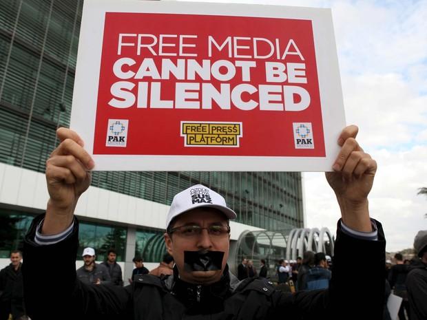 Manifestante ergue cartaz 'Mídia livre não pode ser silenciada' durante manifestação de fundionários do jornal Zaman nesta sexta-feira (4) em Istambul (Foto: REUTERS/Kursat Bayhan/Zaman Daily)