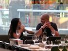 Jogador Adriano almoça com a namorada Renata Fontes
