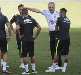 Tite conversa com jogadores durante treino da Seleção em Belo Horizonte (Foto: Pedro Martins / MoWA Press)