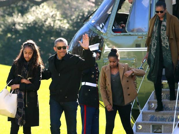 O presidente dos EUA, Barack Obama, a primeira-dama Michelle e suas filhas Malia e Sasha no gramado da Casa Branca, após férias de final do ano (Foto: Yuri Gripas / Reuters)