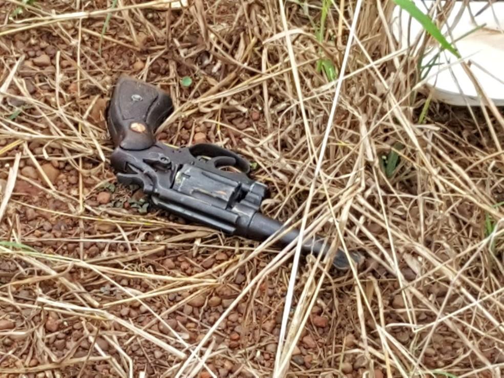 Arma usada no crime foi achada perto de vítima (Foto: Alerta Rolim/Reprodução)