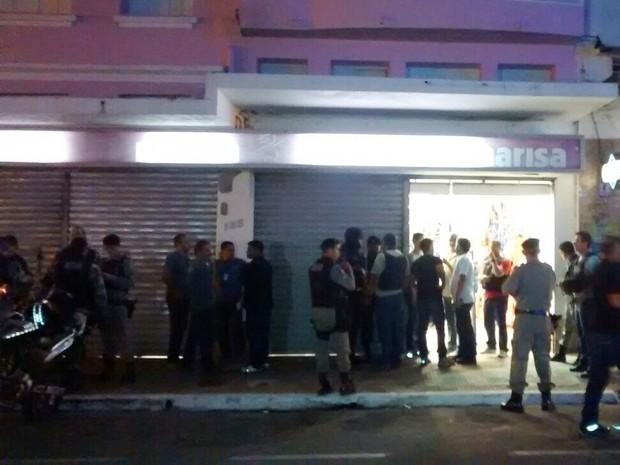 Loja de departamento é invadida em Campina Grande (Foto: Rammom Monte/G1)