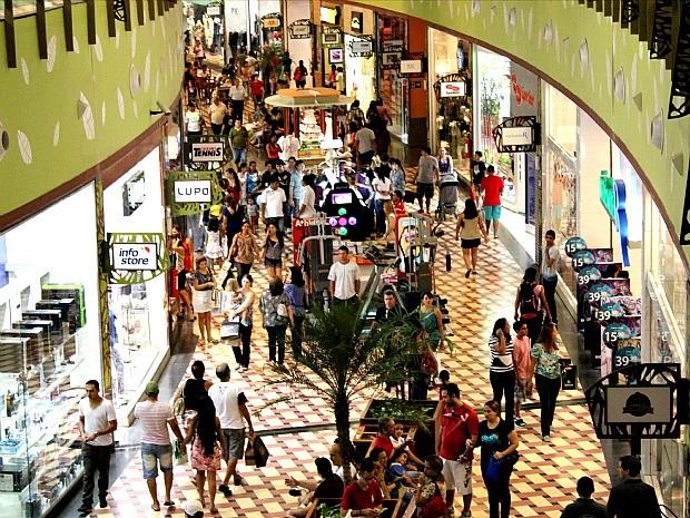 Movimento foi intenso em shopping da Zona Centro-Sul de Manaus (Foto: Marcos Dantas / G1)