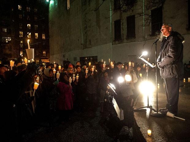 O padre Jim Martin fala durante vigília por Philip Seymour Hoffman na noite desta quarta-feira (5), em Nova York; grupo se reuniu diante da companhia teatral Labyrinth (Foto: D Dipasupil/Getty Images/AFP)