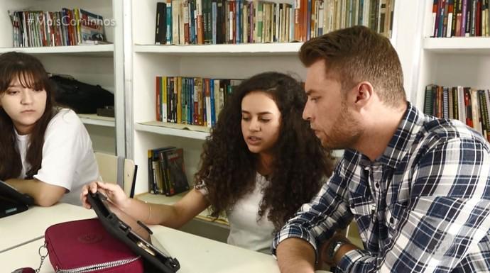 Rafael Ristow conversa com uma das alunas do colégio em Campinas (SP) que usa tablets a serviço do ensino (Foto: reprodução EPTV)