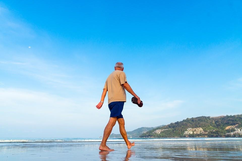 Caminhar todos os dias ajuda idosos a envelhecerem melhor