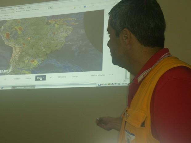 Comandante dos Bombeiros mostra projeções nada animadoras feitas pela ANA (Foto: Assem Neto)