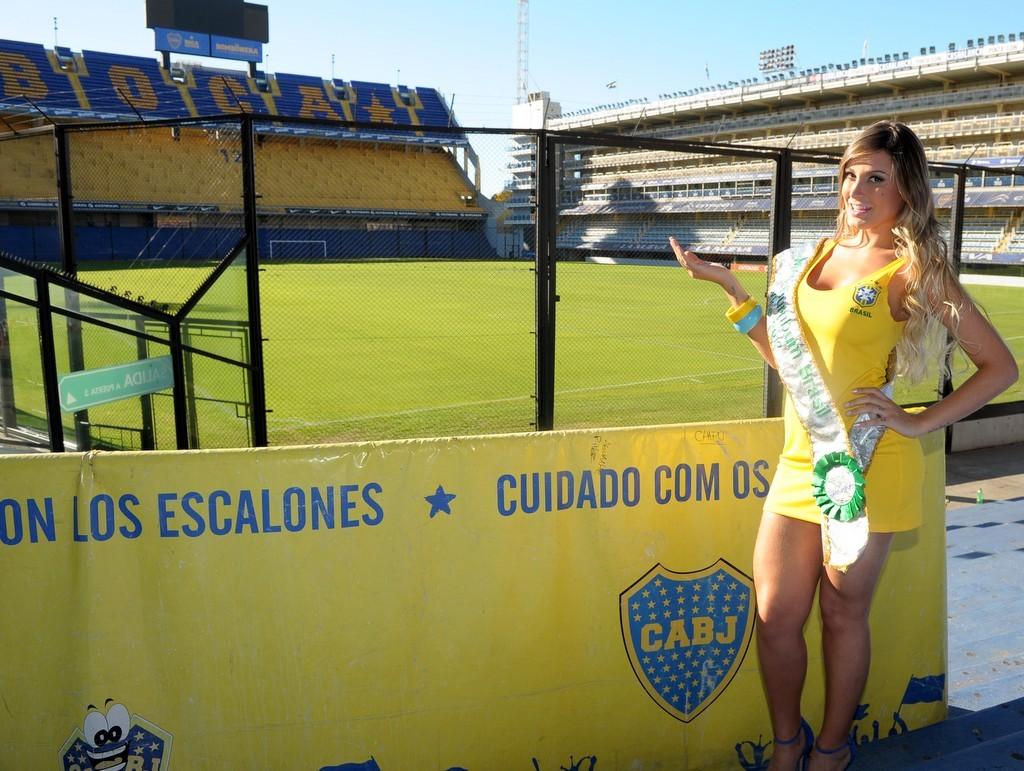 A Vice Miss Bumbum provoca com vestido da Seleção Brasileira (Foto: Francisco Cepeda/Agnews)