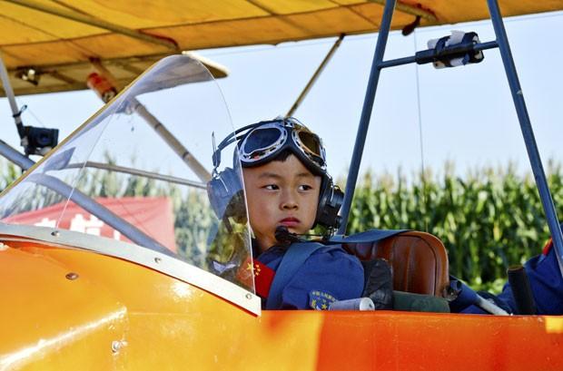 He Yide voou acompanhado de seu treinador (Foto: Stringer/Reuters)