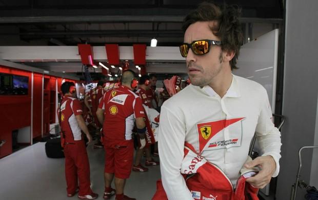 Fernando Alonso nos boxes da Ferrari durante o fim de semana do GP da Índia (Foto: Reuters)