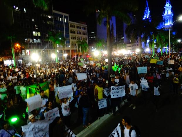 Praça do Santíssimo Salvador, em Campos, ficou lotada na concentração do ato (Foto: Priscilla Alves/ G1)
