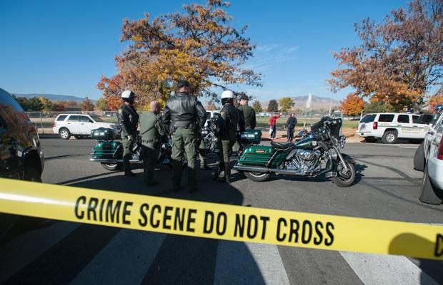 Policiais próximo ao local do tiroteio nesta segunda-feira (21) em Sparks, no estado americano de Nevada (Foto: Kevin Clifford/AP)