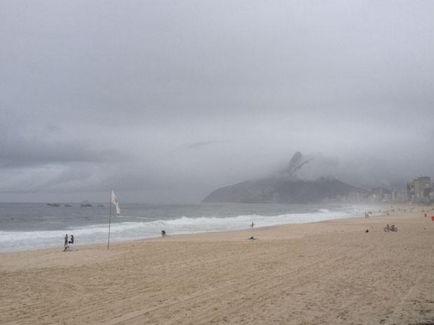 Mau tempo deixa praia de Ipanema vazia na manhã deste domingo (24) (Foto: Daniel Silveira/G1 Rio)