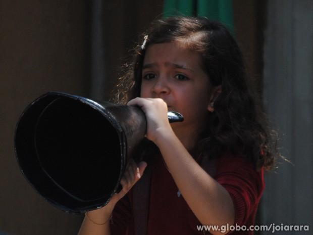 Pérola acaba com quebra-quebra entre manifestantes e integralistas (Foto: Joia Rara/TV Globo)