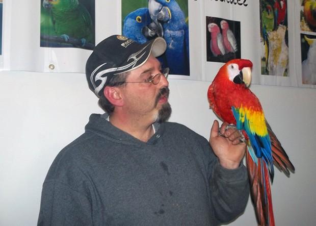 Mike Taylor segura sua arara 'Love Love' em um reencontro que levou cinco anos para acontecer (Foto: Montana's Parrot & Exotic Bird Sanctuary/Lori McAlexander/AP)