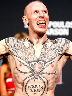 O corpo tatuado de Colin Fletcher durante a pesagem do UFC (Foto: Getty Images)