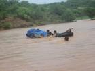 Após forte chuva, polícia usa boia para atravessar riacho com corpo