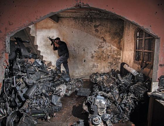 Motores e peças de carros roubados acumulados em um barraco no complexo do Chapadão.Uma loja de autopeças do crime (Foto:  Andre Arruda/ÉPOCA)