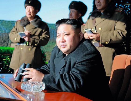 O ditador  Kim Jong-un acompanha  exercícios  do exército  norte-coreano (Foto: AFP)