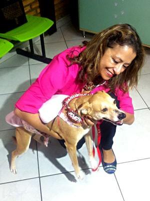 A cachorrinha Bella e sua nova dona, a PM Edna Lucia (Foto: Isabella Formiga/G1)