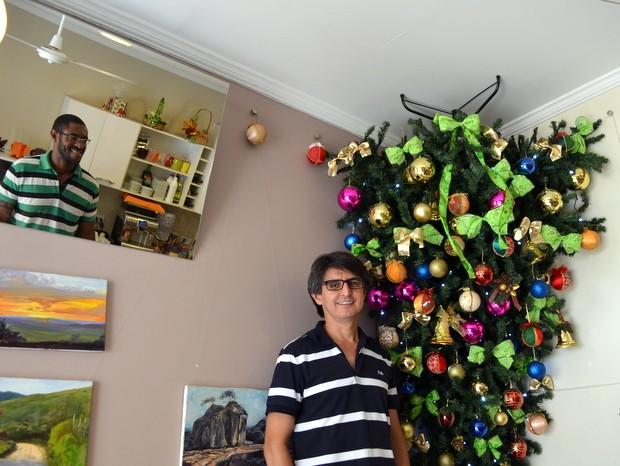 Por falta de espaço sócios criaram árvore invertida em café em Piracicaba (Foto: Fernanda Zanetti/G1)