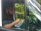 Motorista estoura plástico bolha para 'relaxar' em engarrafamento e vira hit
