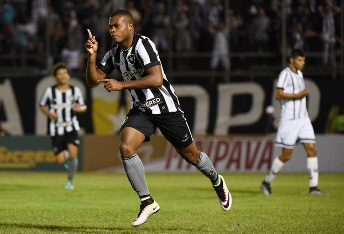Botafogo vai de Tanque �s oitavas, elimina Bragantino e alivia press�o