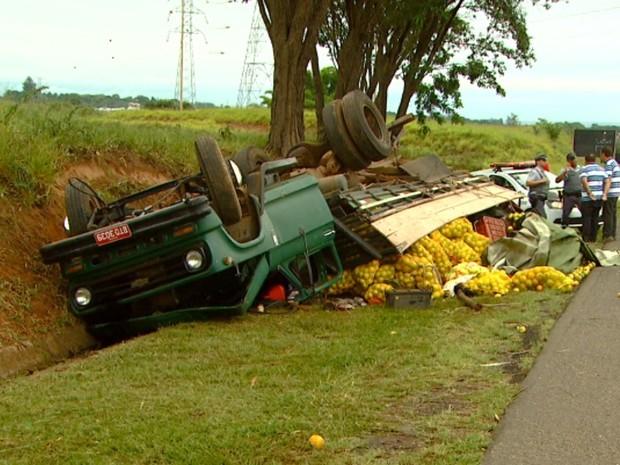 Caminhão carregado de laranjas capotou e passageira morreu no local (Foto: Reprodução / EPTV)