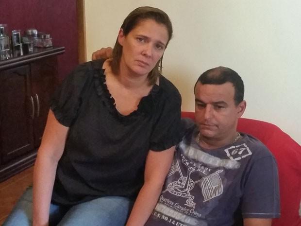 O casal Leandro e Celia sofre as consequências da dengue (Foto: Tatiana Santiago/G1)