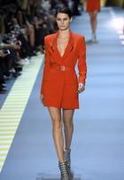 Isabelli Fontana desfila com decotão na semana de moda de Paris