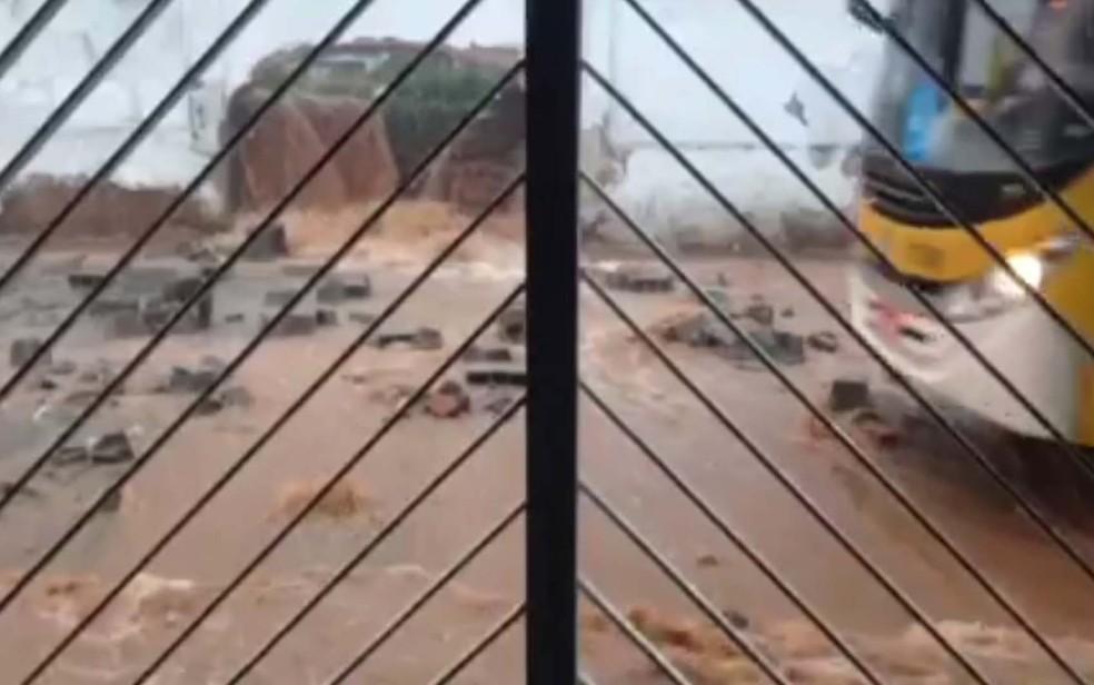 Vídeo gravado por moradora mostra cachoeira que se formou no muro do Cemitério da Saudade, em São Miguel Paulista (Foto: Reprodução/TV Globo)