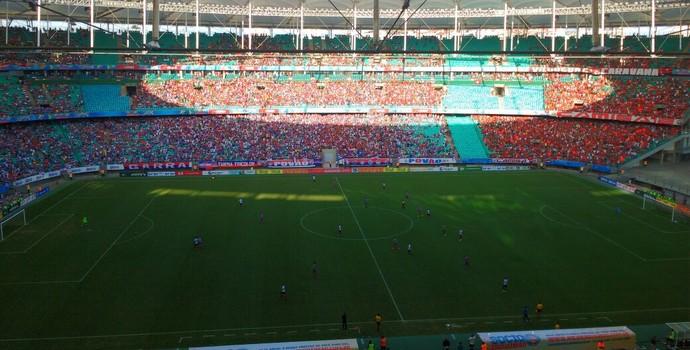 Jogadores do Bahia pressionam defesa do Vitória (Foto: Rafael Santana)
