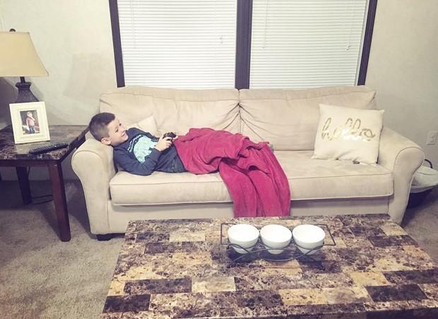 Mãe disse que após as tarefas o menino relaxa jogando videogame (Foto: Reprodução/Facebook)